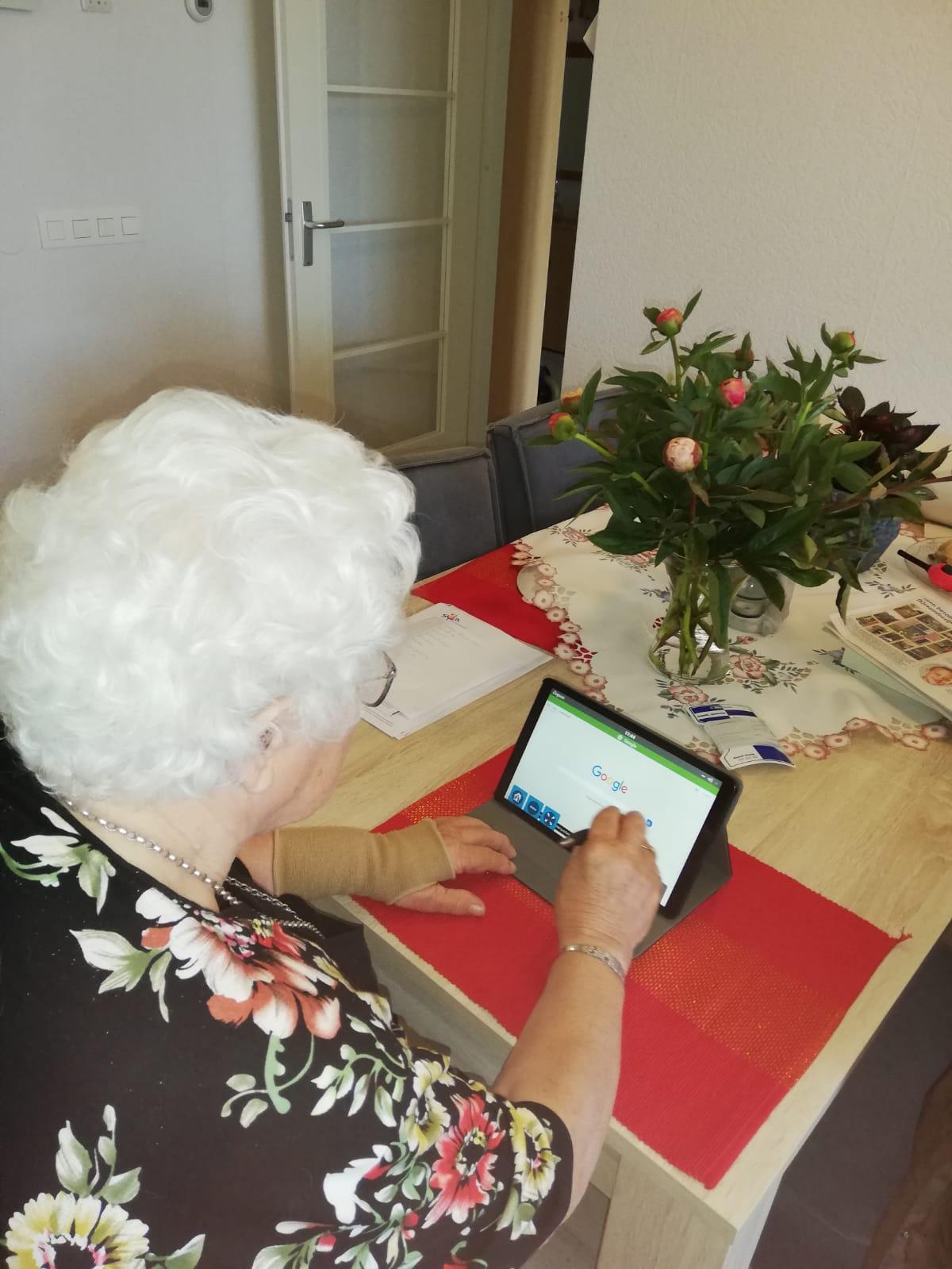 Mevrouw Becker ontvangt eerste Compaan tablet